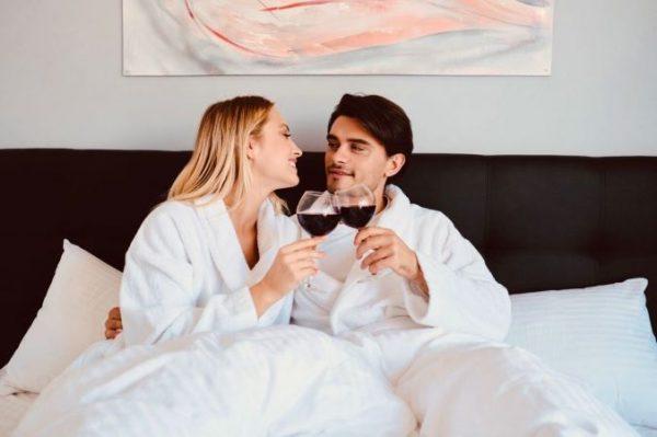 dia-de-la-madre-pareja-copas-cama